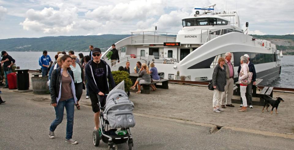 """Hurtigbåten """"Baronen"""" har akkurat klappet til kai i Drøbak med passasjerer fra Oslo."""