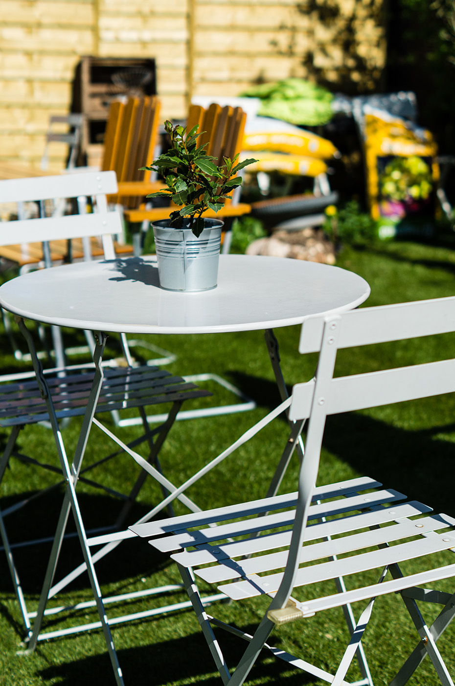Ett Rom og Kj?kken - Hvite stoler og bord