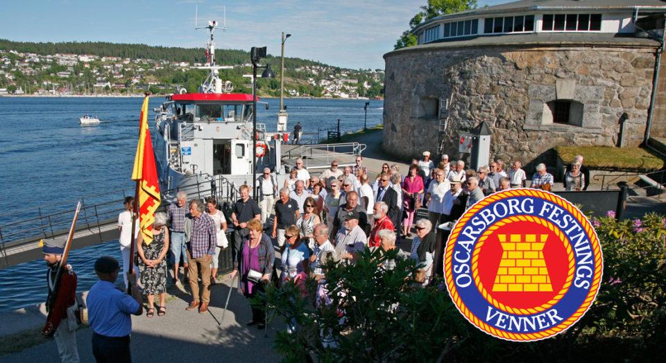 En gruppe fra Oscarborg Festnings Venner er kommet med båten over fjorden for å delta i hagefest hos kommandanten.