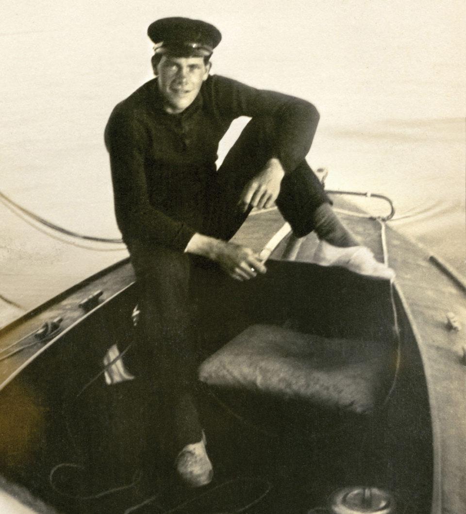 Kolbjørn Fredriksen fotografert i en av de mange seilbåtene han bygde.